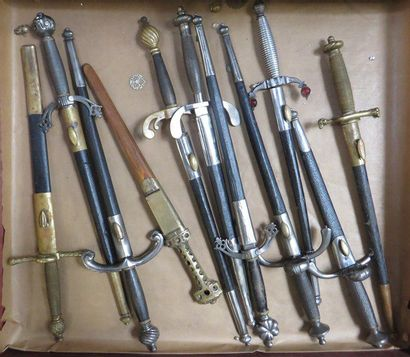 Lot de 11 pièces comprenant des dagues de...