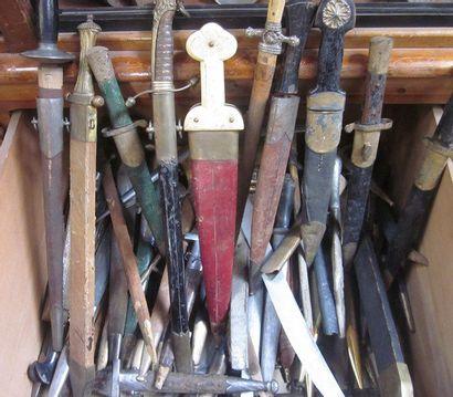Important lot factice de dagues, poignards,...