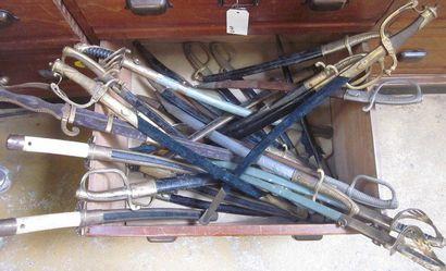 Lot d'environ 30 pièces de sabres factices...