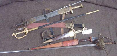 Lot de 3 dagues à l'Antique, un poignard...