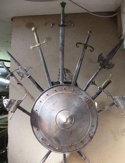 Une panoplie d'armes comprenant une épée...