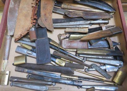 Lot de divers fourreaux de couteau et poignard...