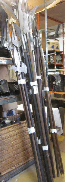 Lot d'une trentaine d'armes d'hast de théâtre:...