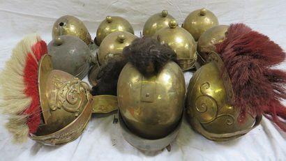 Lot de 11 casques romains et divers