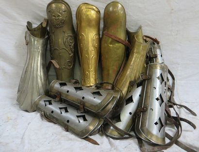 Lot de 14 paires de cnémides romaines et...