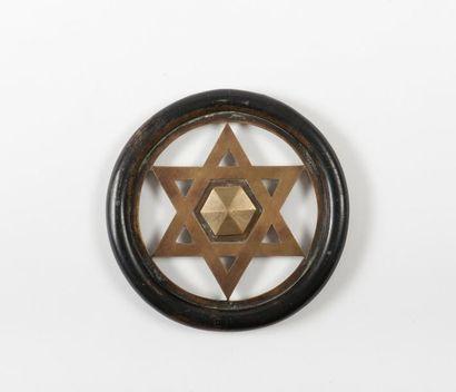 Motif en bronze constitué du double triangle....