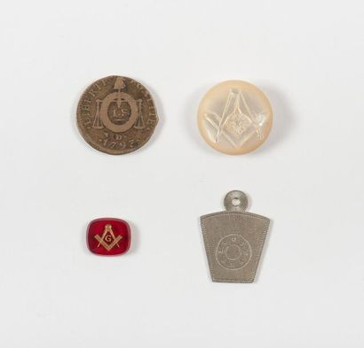 Lot composé d'un bouton en nacre, médaille,...