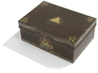 Boîte rectangulaire en métal. Chaque coin...