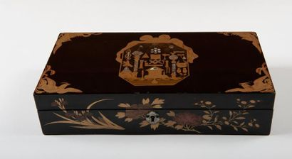 Boîte en laque noire du Japon de forme rectangulaire....