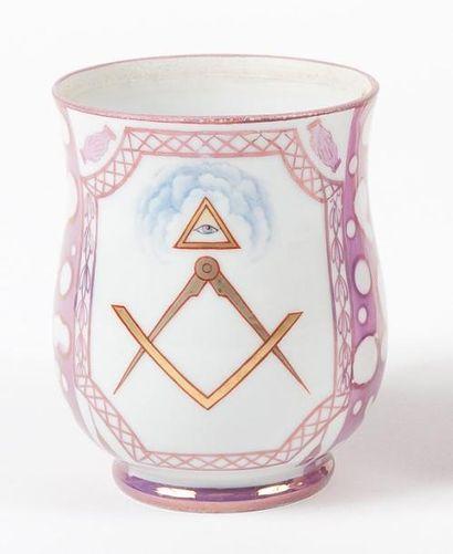 Grande tasse en porcelaine émaillée à décor...