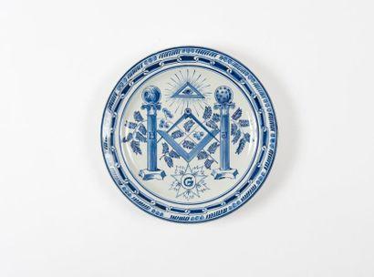 Assiette en faïence à décor maçonnique composé...