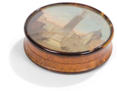Bonbonnière ronde en loupe doublée d'écaille mouchetée, le couvercle et la base...