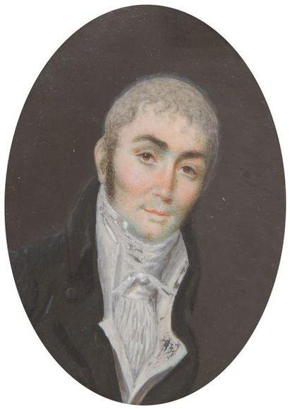 Homme en buste, cheveux poudrés, costume gris et gilet blanc à haut col, époque...