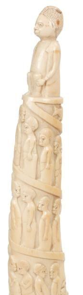 AFRI-PORTUGAIS. ANGOLA Trompe Superbe trompe en ivoire à patine blonde avec quelques...