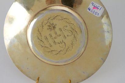 Deux patènes en vermeil, l'une gravée au dos du monogramme du Christ IHS ceint de...