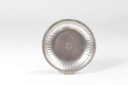 Jatte ronde en argent ciselée de côtes droites, bordure de triple rang de filets...