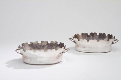 Paire de rafraîchissoirs à verre de forme ovale anciennement en métal plaqué, réargentés....
