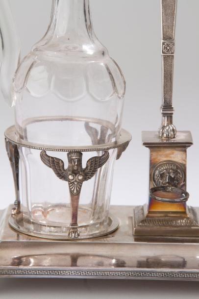 Huilier vinaigrier en argent et deux carafes, de forme rectangulaire, reposant sur...