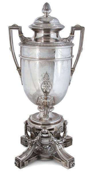 Fontaine à thé en argent fondu ciselé de style Louis XVI en forme d'urne antique...