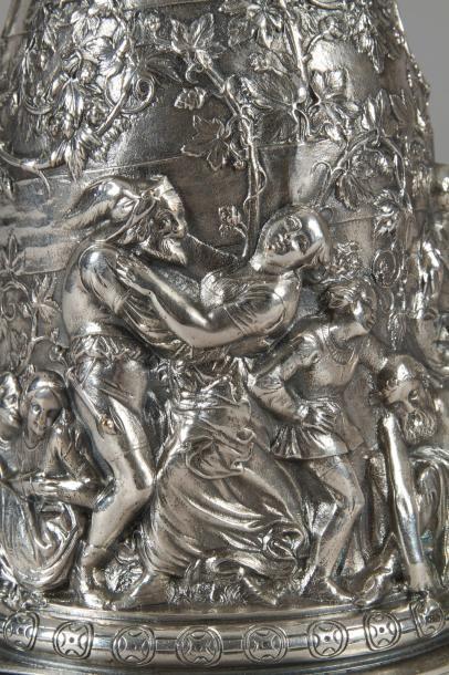 Pichet à bière en bronze argenté à décor ciselé de scènes bachiques. Époque romantique,...