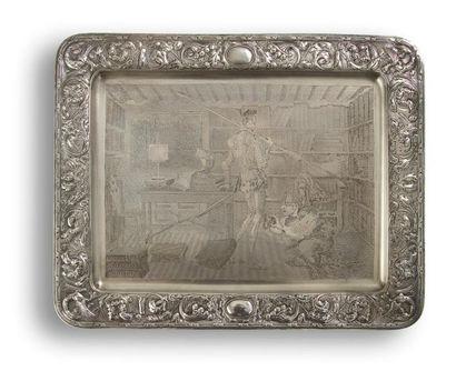 Plateau en argent de forme rectangulaire, bordé d'un décor repoussé à motif de rinceaux...