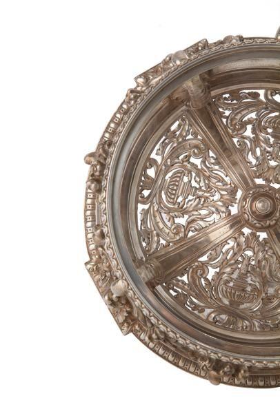 Coupe de forme ronde en argent fondu ciselé et son cristal ciselée d'une bordure...