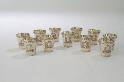 Douze gobelets à liqueur en argent, la bordure appliquée d'un rang feuillagé et...