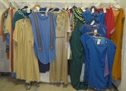 Une vingtaine de tuniques pour homme, style...