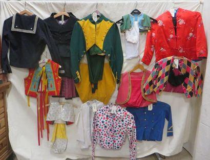 Lot d'habits pour enfant, style divers: marin, oriental, militaire, fin XIXe, début...