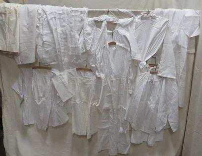 Une douzaine d'aubes et robes de communion...