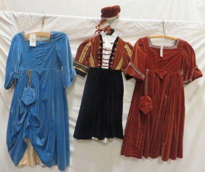 Trois robes dont une avec coiffe pour enfant, style Moyen-Âge. Matière: velours...