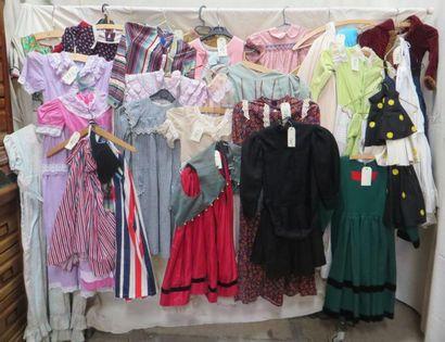 Lot d'habits pour enfant, style divers: manteaux,...