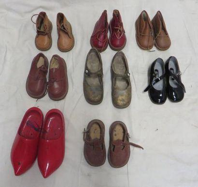 Huit paires de souliers pour enfant de style...