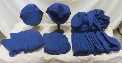 Une cinquantaine de casquettes d'ouvrier,...