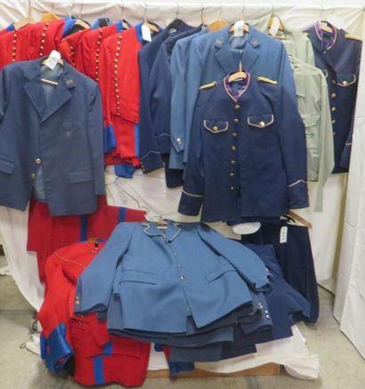 Une quarantaine de vestes ou pantalons d'hôtellerie...