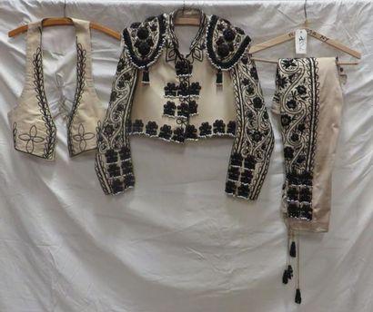Un costume de torero complet. Matières: perles...