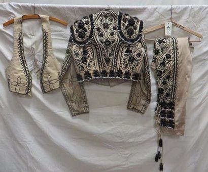 Un costume de torero complet. Matières: perles et soie.