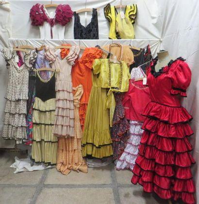 Environ dix-neuf robes ou ensembles pour femme, style Espagnol. Matières: coton,...