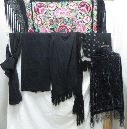 Un lot de châles, style Espagnol. Matières: lainage, soie et synthétique?