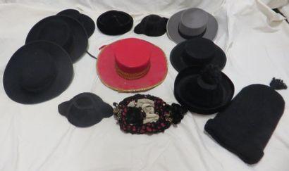 Une douzaine de chapeaux en velours, style...