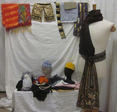 Un fort lot de foulards, coiffes et calots...
