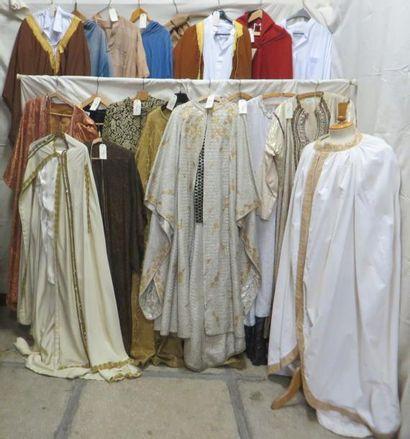 Une vingtaine de pièces dont vestes, pantalons ou djellabas pour homme, style Oriental....