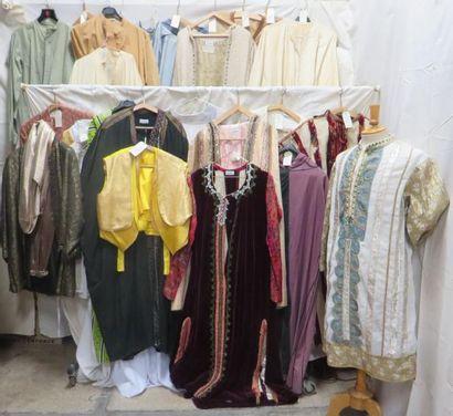 Environ vingt-huit pièces dont vestes, pantalons ou djellabas pour homme, style...