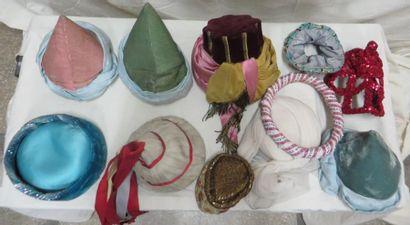 Une quinzaine de coiffes ou ceintures pour bayadères, style Oriental. Matières:...