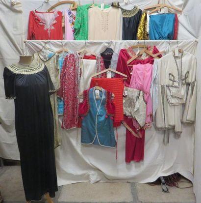 Environ vingt-quatre pièces dont robes ou ensembles pour femme, style Oriental....