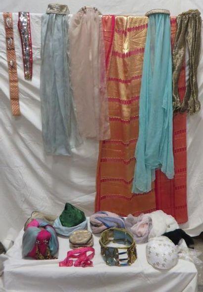 Une dizaine de coiffes ou ceintures pour bayadères, style Oriental. Matières: velours,...