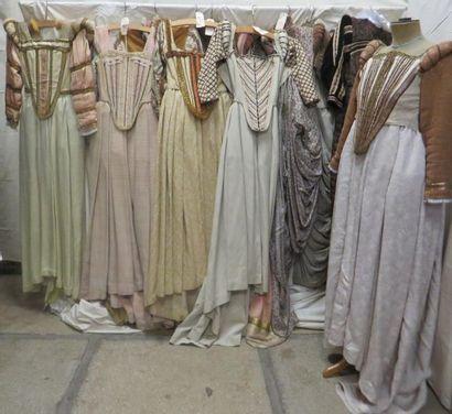Une dizaine de robes pour femme, style Renaissance....