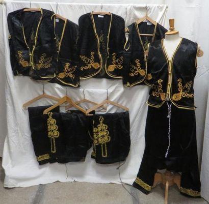 Cinq tenues noires pour homme, style Moyen...
