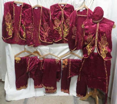 Cinq tenues bordeaux pour homme, style Moyen Orient. Matières: coton et synthét...