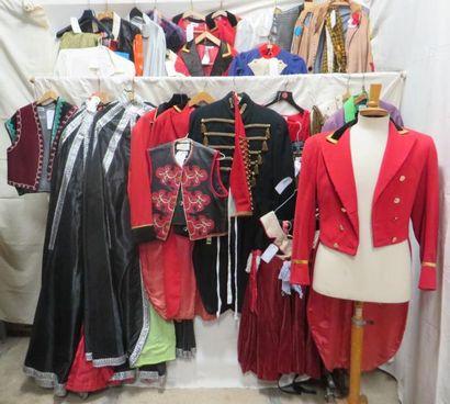 Une cinquantaine de pièces pour le cirque comprenant des bustiers, tuniques, vestes,...